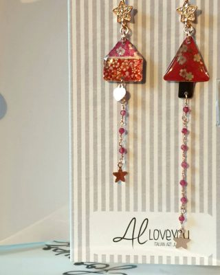 •Una casetta, un alberello, il colore rosso• Collezione Thin - online www.alloveyou.it #alloveyou #earrings #silverjewels #madeinitaly #artisanal #littlethings #red #apresentforyou #homeandtree #trattareconcuraportarecongioia #alloveyoujewels @alloveyoujewels