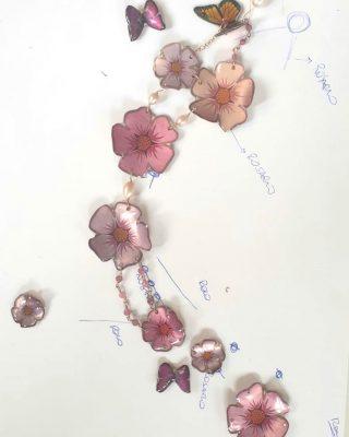 •Ci innamoriamo, ogni giorno• Nuova collezione *Bloom* Work in progress  #alloveyoujewels #necklace #trattareconcuraportarecongioia #bloom #silverjewelry #jewels #flowers #artisanal #woman #designjewelry #madeinitaly #saragiodesign #fallinginlove #artisanaljewelry #alloveyou @alloveyoujewels